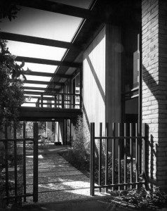 marcus-whiffen-residence-03-ext-at-gate-1964